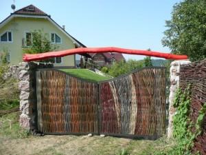 Viacfarebná prútená bránka