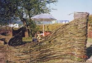 Prútený plot v záhrade